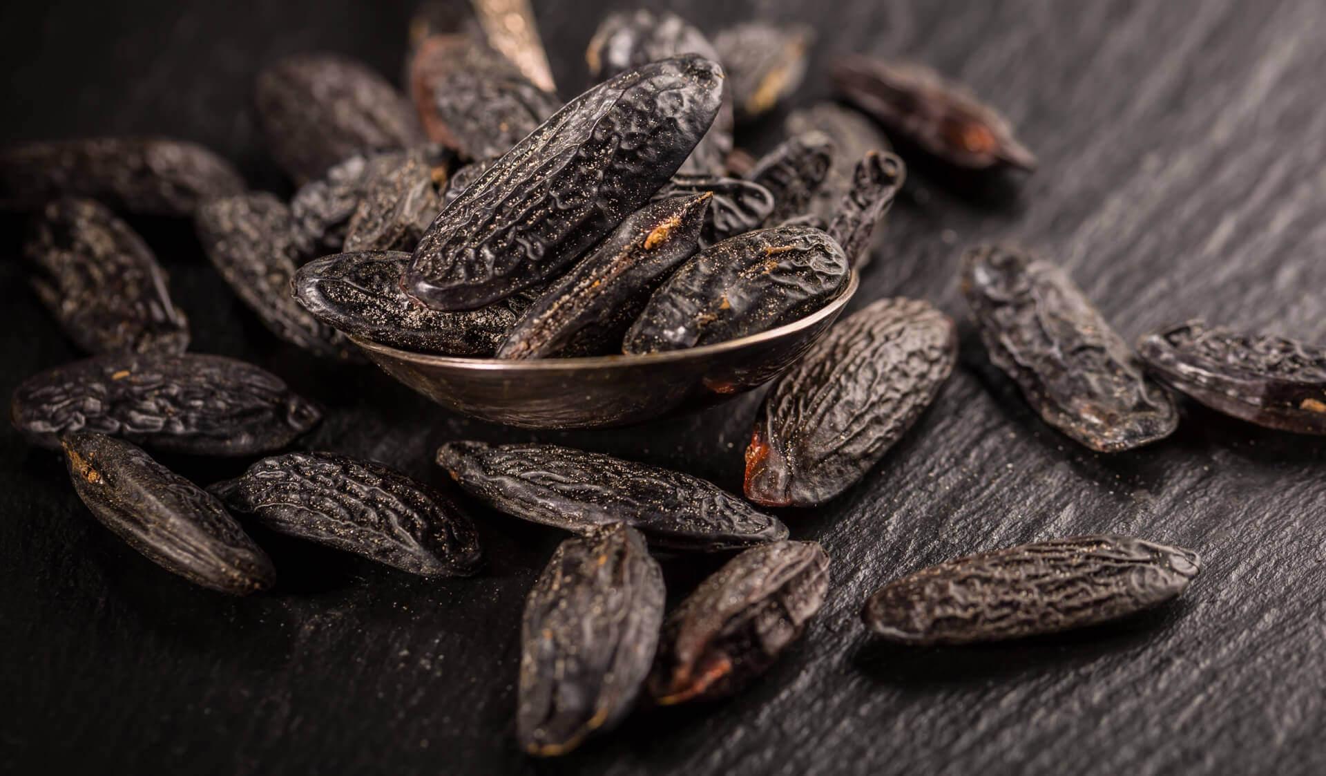 fève tonka du Venezuela dont on extrait l'huile essentielle pour en créer du parfum